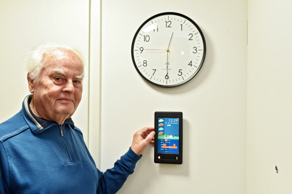 Mieter Siegfried Wilhelm (78) hat den Strom- und Wasserverbrauch auf dem Display immer im Blick.