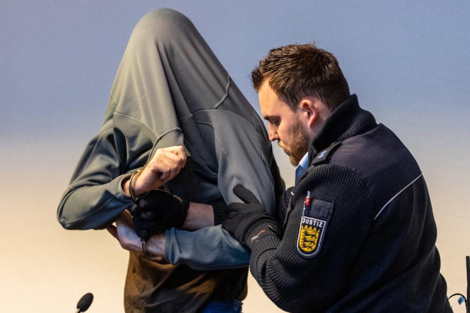 Der Angeklagte hat gestanden, sich in über hundert Fällen an Kindern vergangenen zu haben.
