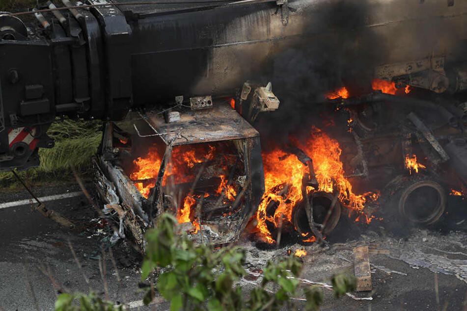 Wildes Flammen-Inferno! Lkw-Kran brennt auf A4 aus