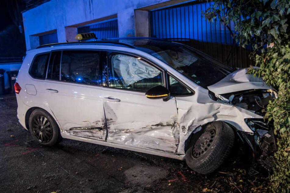Die Insassen dieses Taxis wurden teils schwer verletzt, der Wagen gegen eine Garage geschoben.