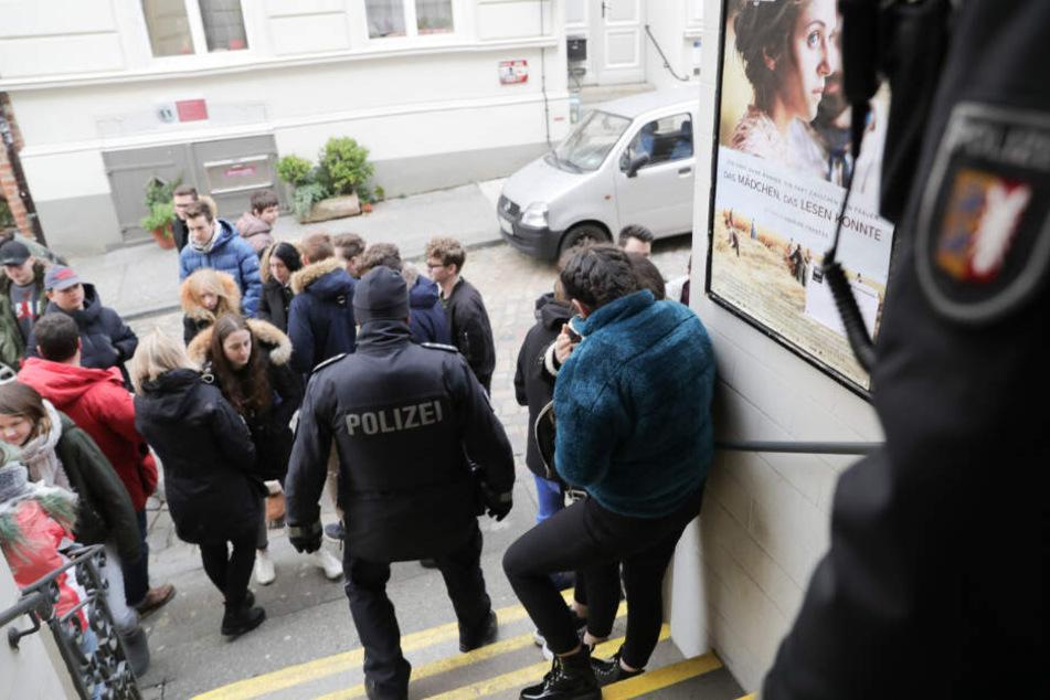 Polizisten standen vor dem Kino in der Lübecker Altstadt und sicherten es, nachdem eine zuerst geplante Vorführung wegen einer Bombendrohung abgesagt werden musste.