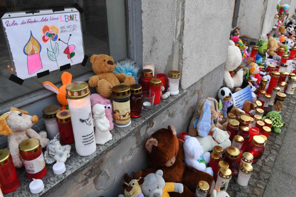 Kerzen und Plüschtiere stehen vor dem Eingang des Hauses, wo am 12. Januar 2019 die sechsjährige Leonie ums Leben kam.
