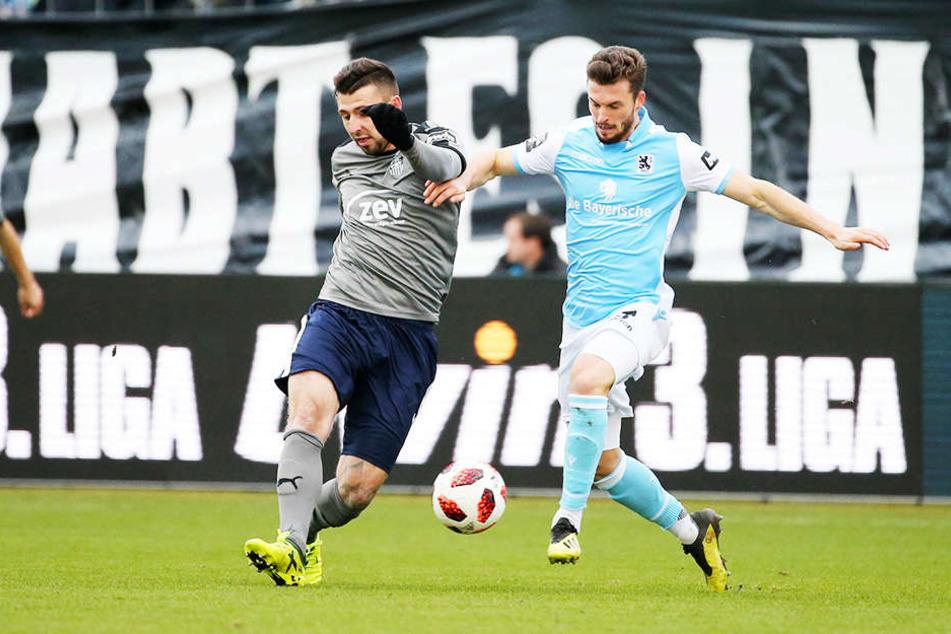 Zwickaus Davy Frick (l.) ist vor TSV-Kicker Quirin Moll am Ball.