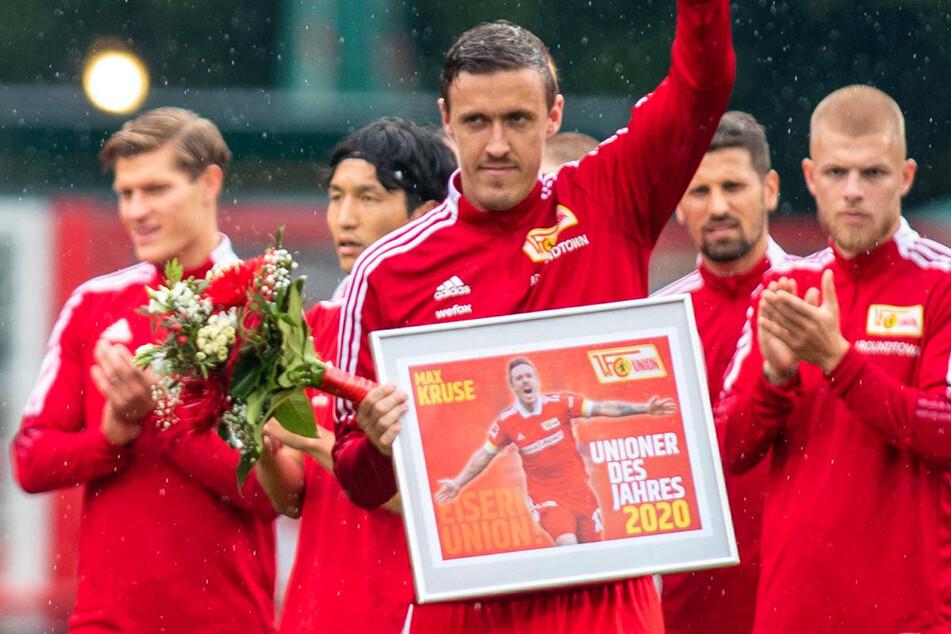 """Max Kruse (33, M.) erhält im Vorfeld der Bundesliga-Partie gegen Borussia Mönchengladbach die Auszeichnung zum """"Unioner des Jahres"""" und wird von seinen Mannschaftskameraden gefeiert."""