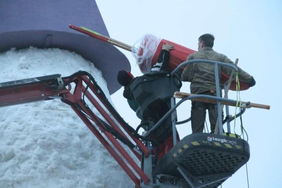 Die riesige Nase des Schneemanns wurde aus einer Matratze zusammengerollt.