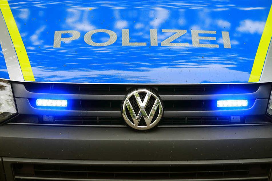 Zwei Polizisten wurden bei dem Unfall leicht verletzt und mussten ambulant behandelt werden (Symbolbild).