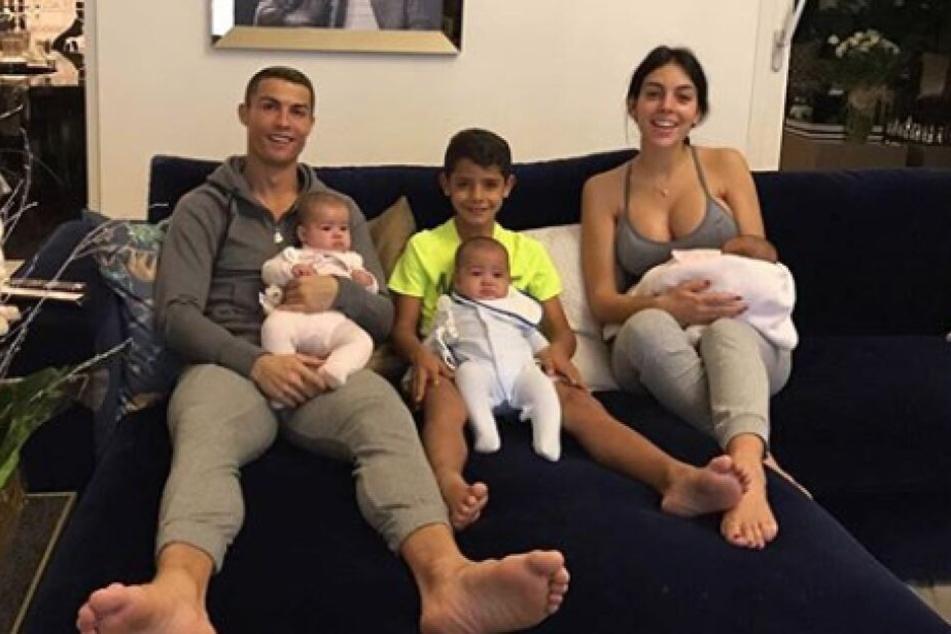 Nach der Geburt der gemeinsamen Tochter Alana im November 2017 zeigt sich die gesamte Familie vereint auf Instagram.