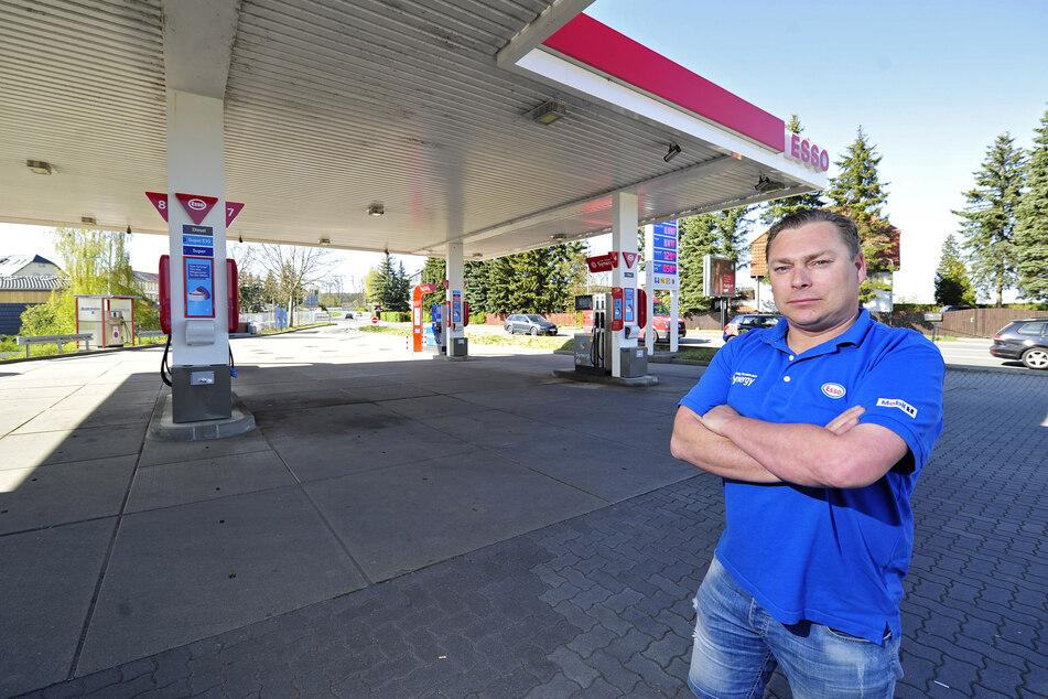 Geschäftsführer Simon Weißflog (41) wartet an der Esso-Tankstelle in Grüna auf mehr Kunden, die günstig tanken.