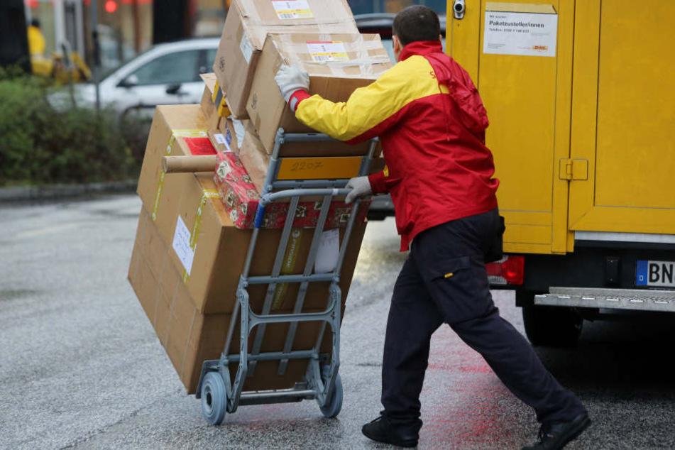 Ein Paketbote der Deutschen Post.