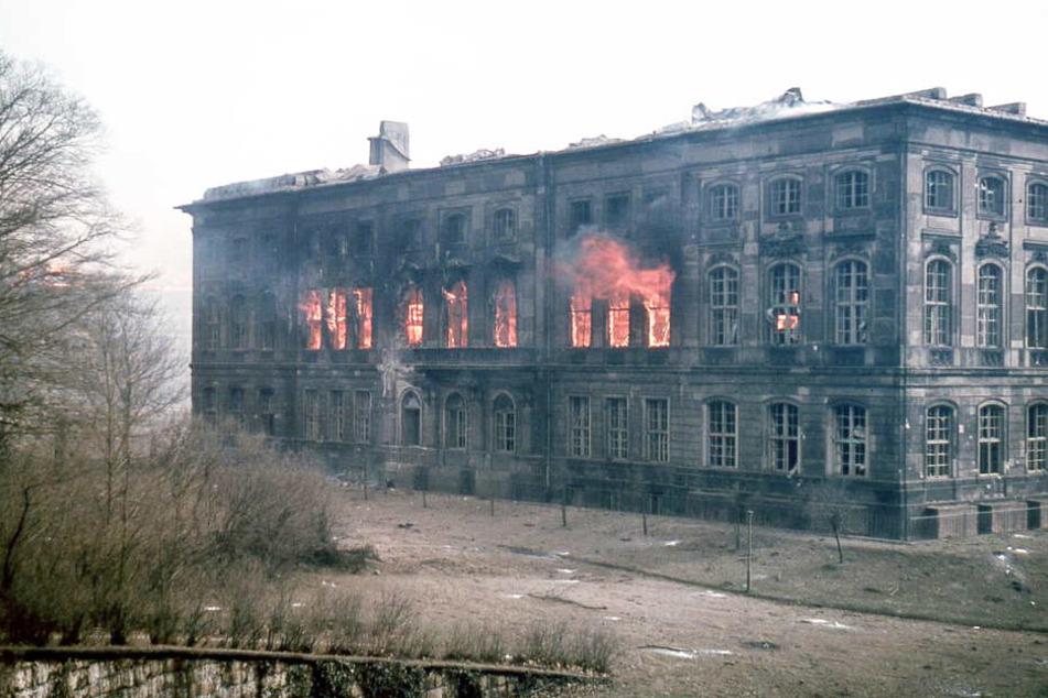 Ein Fotograf hielt den Moment des Brandes im Japanischen Palais damals beeindruckend fest.