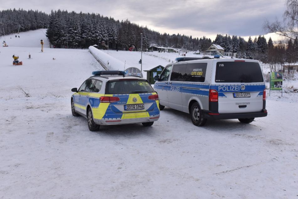 Schluss mit Skispaß! Die Polizei räumte den Parkplatz und somit auch den Rodelhang.
