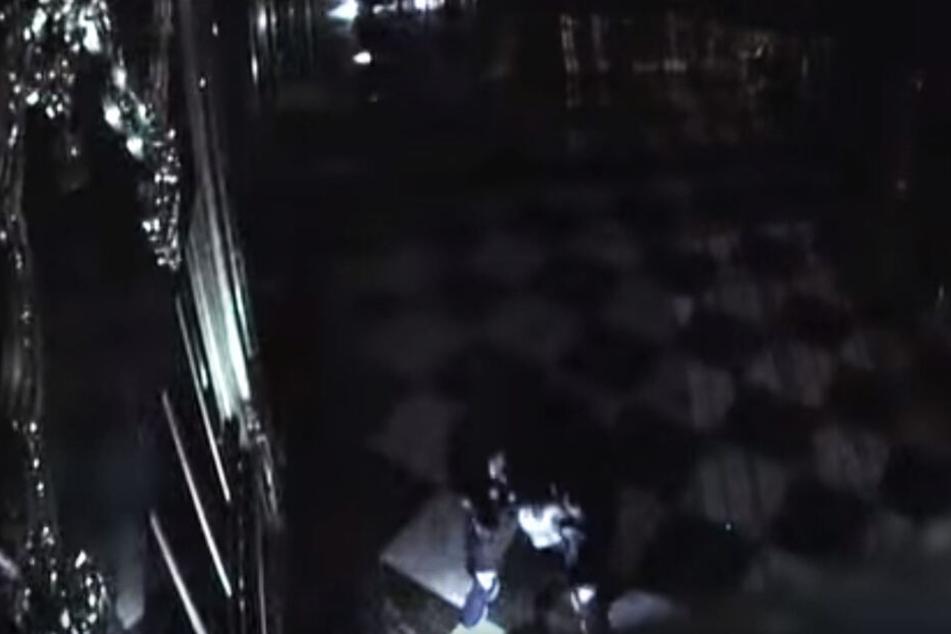 Im Überwachungsvideo sieht man, dass der Juwelendieb die Hose in die Socken gestopft hat.