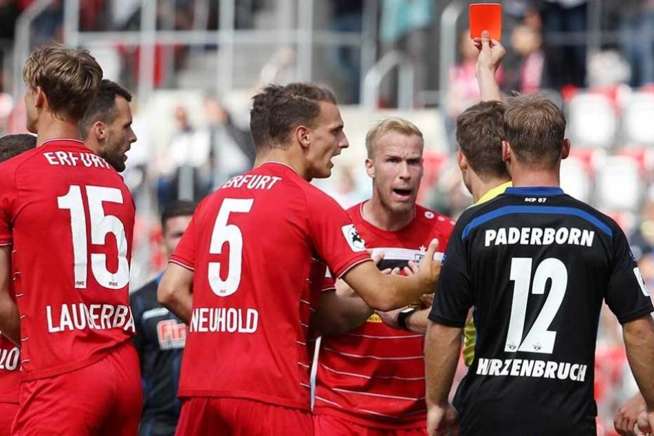 Schiedsrichter Markus Wollweber zeigt Jens Möckel (3.v.r) die Rote Karte.