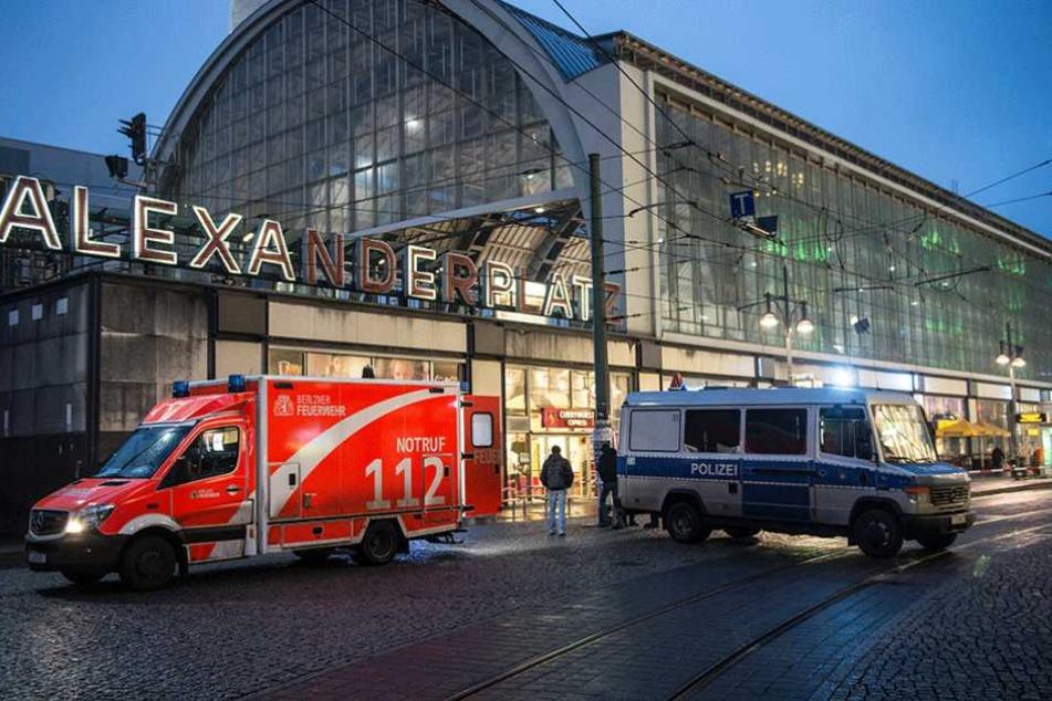 Polizei und Rettungswagen auf dem Alexanderplatz (Symbolbild).