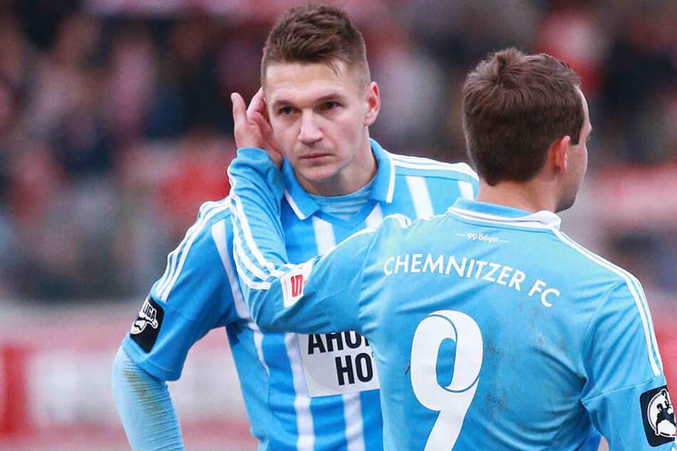Anton Fink (r.) tröstet Daniel Frahn nach einer vergebenen Torchance. Beide Top-Torjäger stehen noch bis 2018 (Fink) und 2019 (Frahn) unter Vertrag.