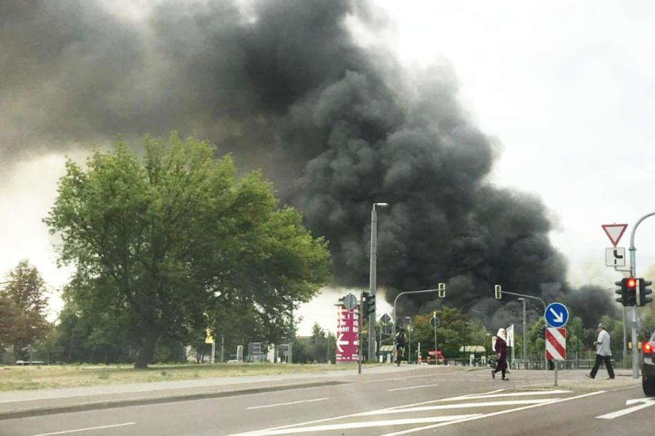 Eine riesige schwarze Rauchwolke ist weit über der Stadt zu sehen.