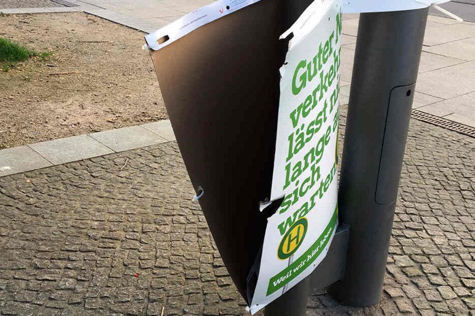 An dem Wahlplakat sind deutliche Rissspuren zu erkennen.