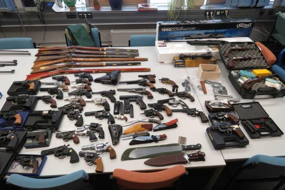 Zahlreiche Lang- und Kurzwaffen sowie etliche Waffenteile fanden sich in der Wohnung und im Keller des 67-Jährigen.