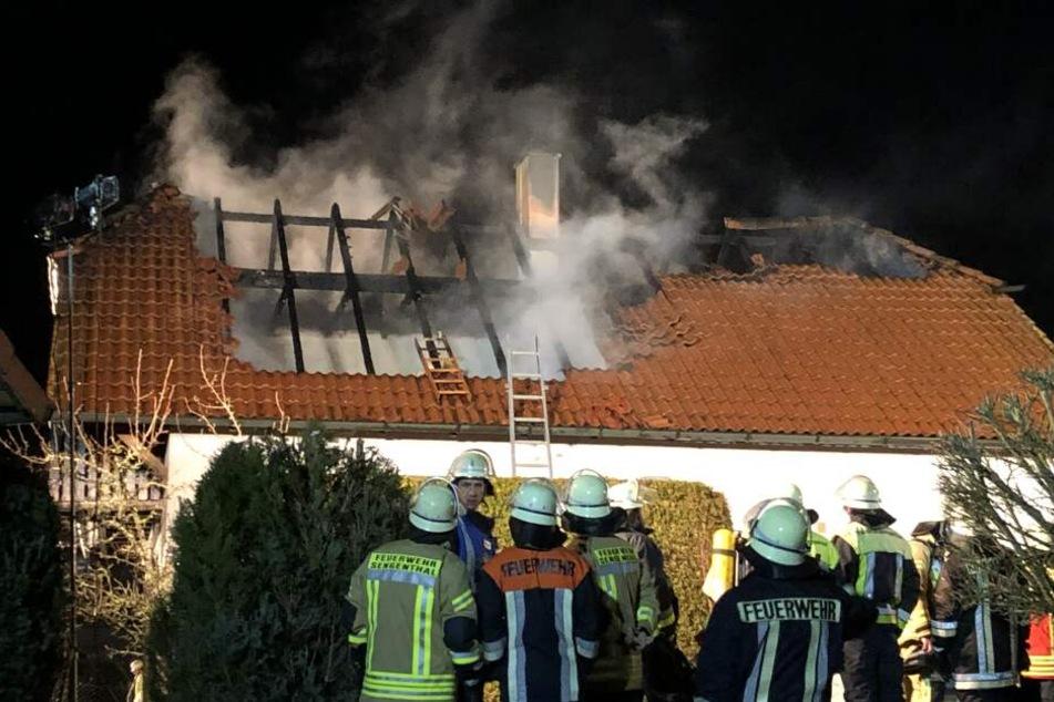 Die Feuerwehr konnte den Dachstuhl erst betreten, als das Feuer gelöscht war.