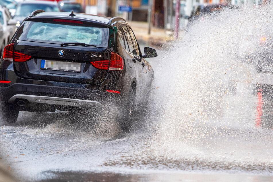 Nach heftigen Regenschauern mussten die Autos in Chemnitz auf der Limbacher Straße durch eine große Wasserlache fahren. Die Kanalisation war mit dem Abtransport der Wassermassen für den Moment überfordert.