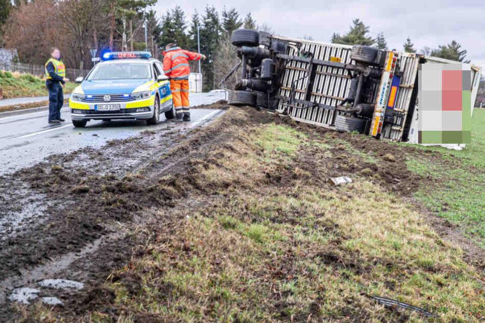 Unfall auf B173: LKW-Anhänger kippt auf Feld