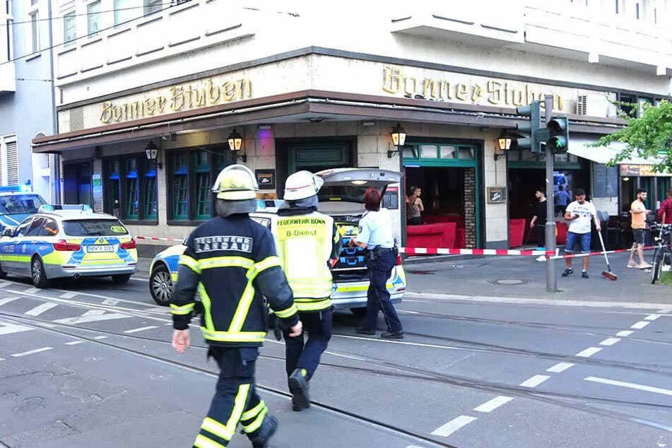 Feuerwehrleute und Polizisten vor einer Shisha-Bar im Einsatz.