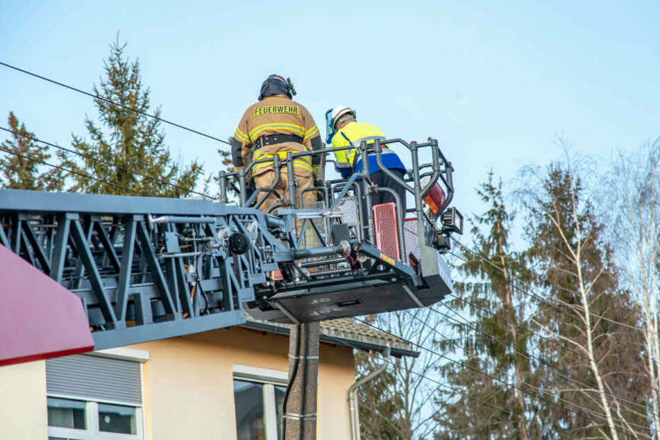 Bevor der Mast umgelegt werden konnte, musste eine Stromleitung entfernt werden.