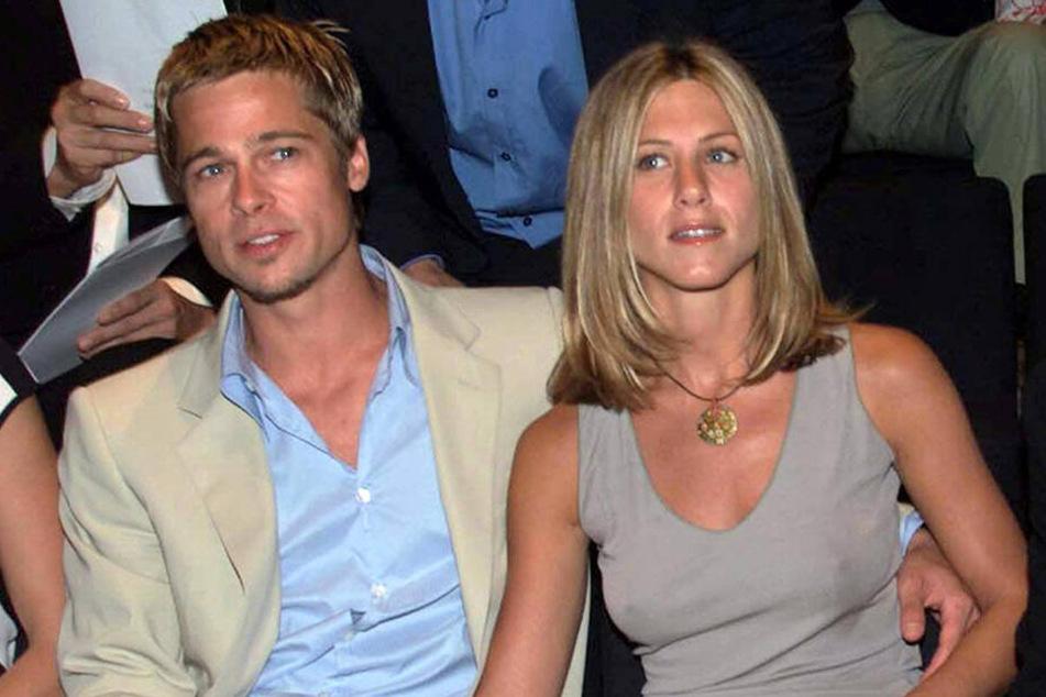 Hollywoodstar Brad Pitt und seine damalige Frau, die Schauspielerin Jennifer Aniston, 2001 in Mailand.