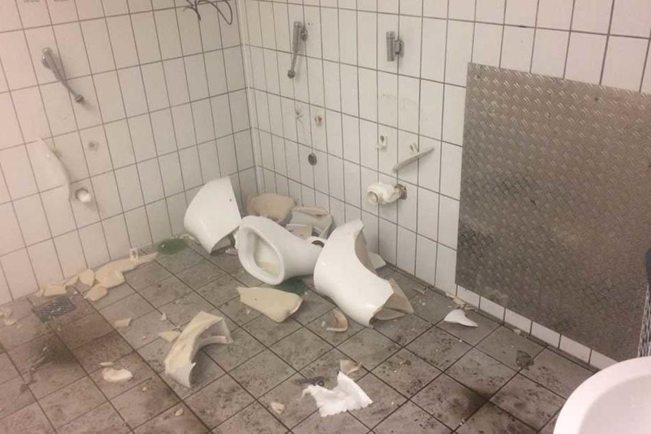 Zwei sanitäre Anlagen wurden von den Hertha-Fans komplett zerstört.