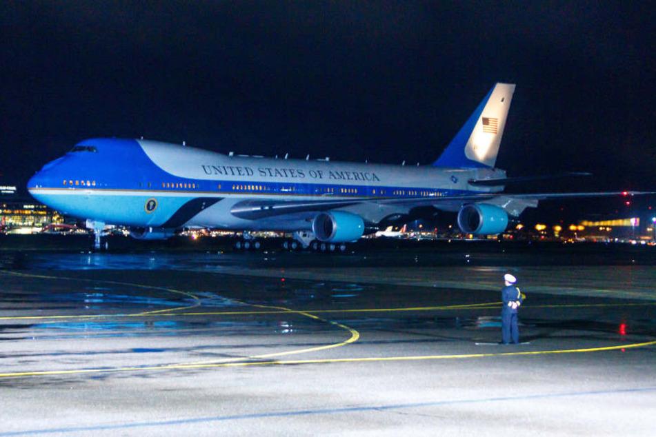 Um 17.51 Uhr setzt die Air Force One des scheidenden Präsidenten in Tegel auf.