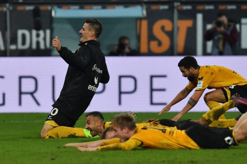 Für die Fans! Stefan Kutschke rutscht mit den Dynamo-Spielern über den Rasen.