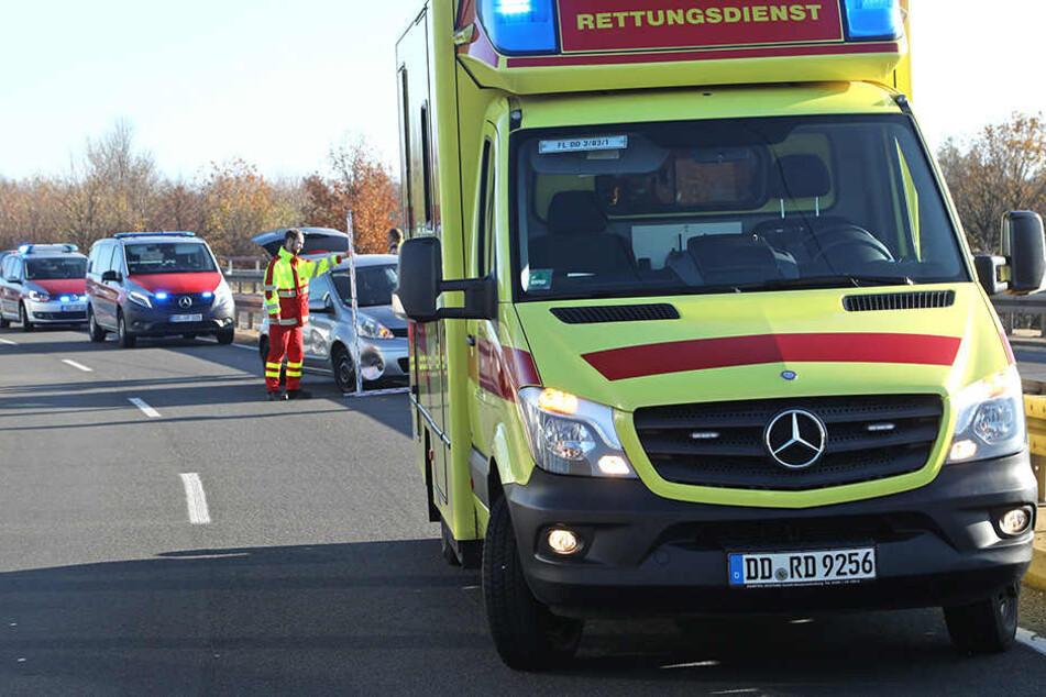 Der Rettungsdienst musste sich um eine verletzte Person kümmern.