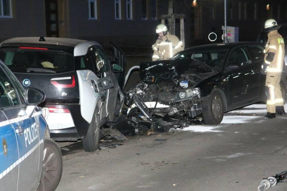 Ein junger Mann ist am frühen Samstagmorgen in Berlin-Friedrichshain in fünf parkende Autos gekracht.