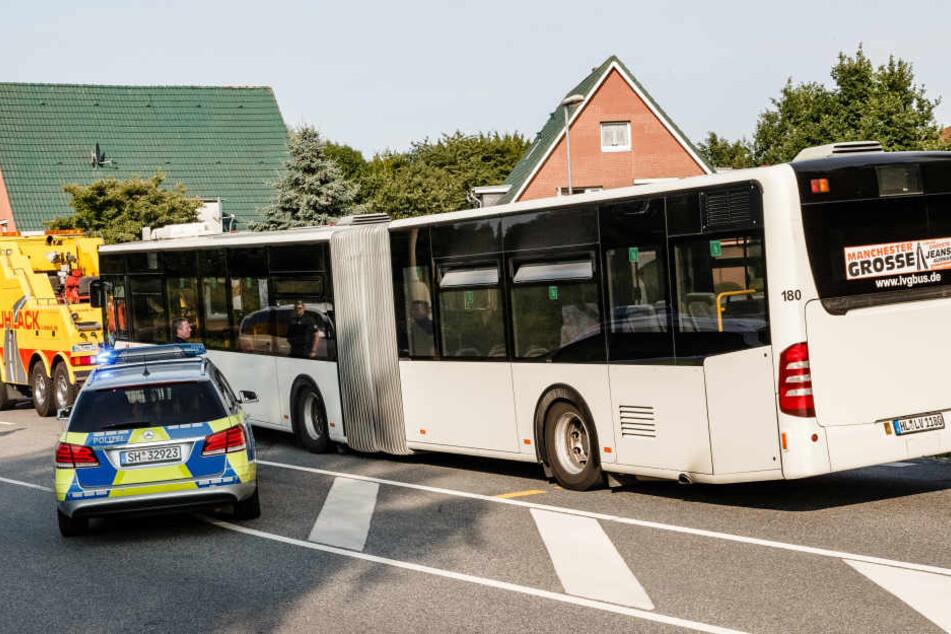 Der betroffene Linienbus wird am Abend vom Tatort abgeschleppt.