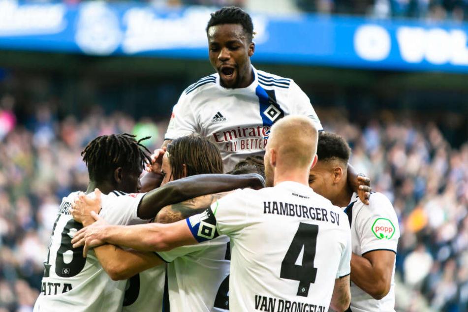 Gemeinsam mit seinen Teamkollegen freute sich der 21-Jährige (links) über einen Treffer.