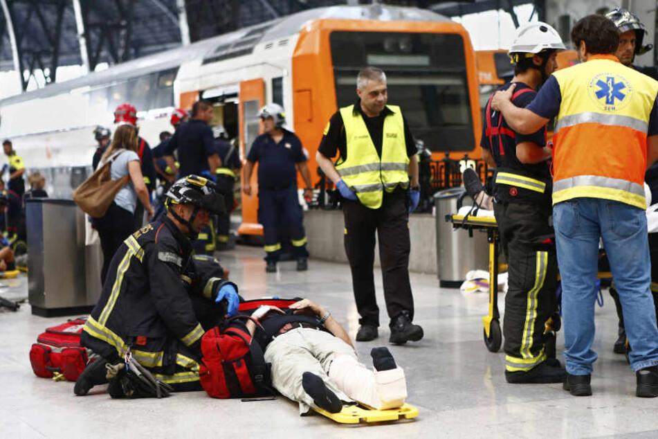 Bei Einfahrt des Zuges in den zentralen Bahnhof Barcelonas kam es zu einem schweren Unfall.