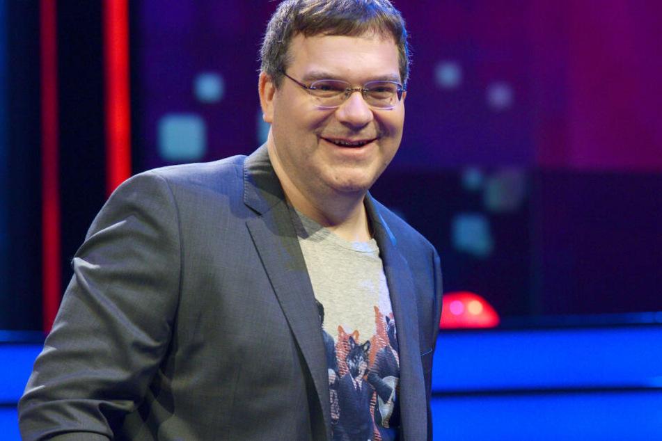 Moderator Elton freute sich mit dem neuen Sieger.