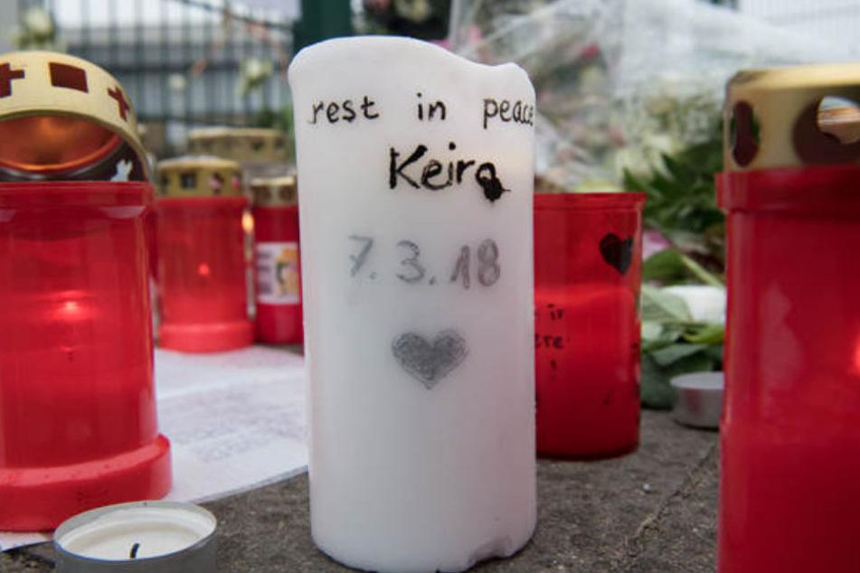Vor der Eisschnellauf-Halle legten nach der Tragödie viele Menschen Blumen und Kerzen nieder.