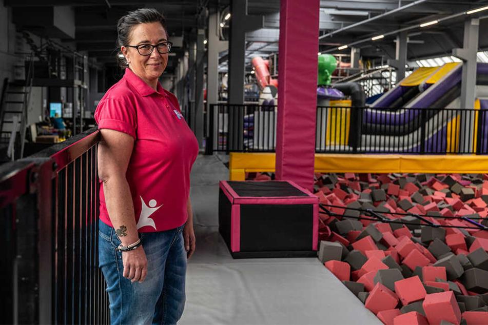 """Bietet nach einem ruhigen Ferientag Action: Katrin Lohwasser (48) von """"Jump 'n Play"""", der Indoorspielplatz hat Afterwork-Ferienangebote."""