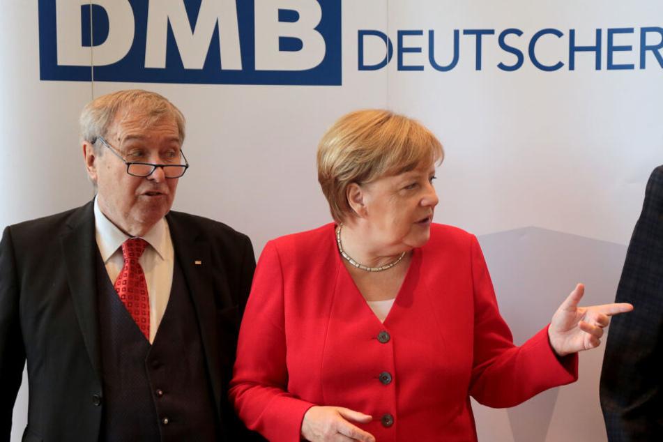 Angela Merkel (CDU), Bundeskanzlerin, steht auf der Jahrestagung des Deutschen Mieterbundes neben Franz-Georg Rips, Präsident des Deutschen Mieterbundes.