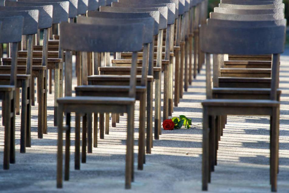 Wo einst die Leipziger Synagoge stand, erinnern heute 140 Bronzestühle an die verfolgten und ermordeten jüdischen Bürger Leipzigs.