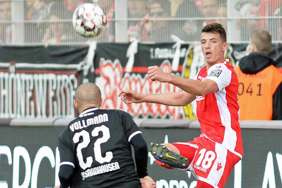 Nicolai Rapp (r., vor dem Sandhausener Korbinian Vollmann am Ball) kommt beim 1. FC Union Berlin aktuell gar nicht zum Zug.