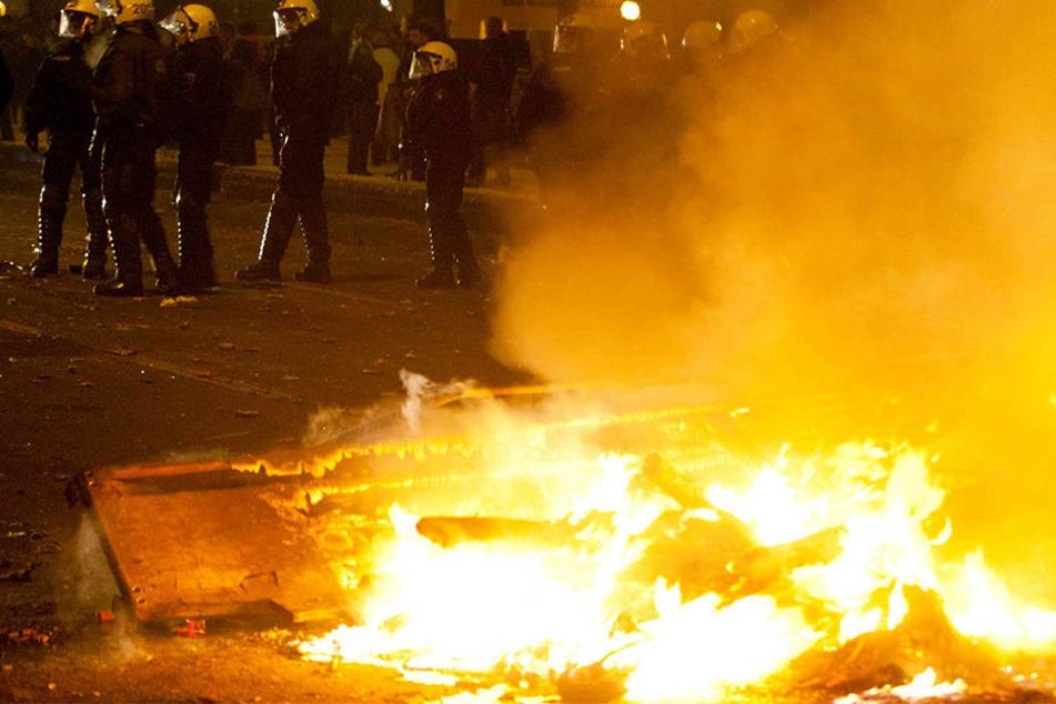 Unbekannte setzten am Freitagabend mehrere Müllcontainer in Brand. Als die Polizei eintraf, flüchteten sie (Symbolbild).