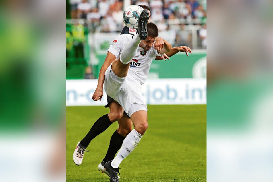 Hoch das Bein: Dimitrij Nazarov gab in Fürth alles, um mit seinen Veilchen die drei Punkte zu holen - hat geklappt.