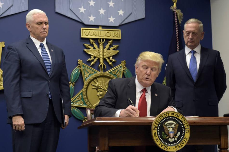 Trump bei seiner Amtseinführung. Danach legte er gleich mit einigen zweifelhaften Entscheidungen los.