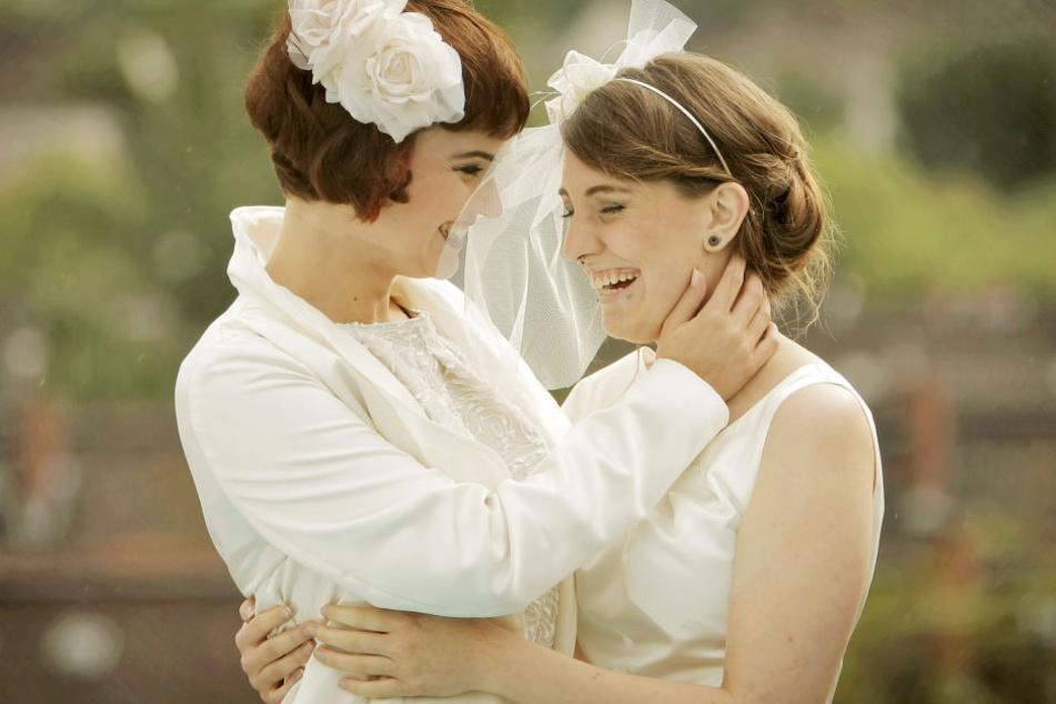 Models präsentieren Brautmode für lesbische Frauen. Bald Wirklichkeit? (Symbolbild)