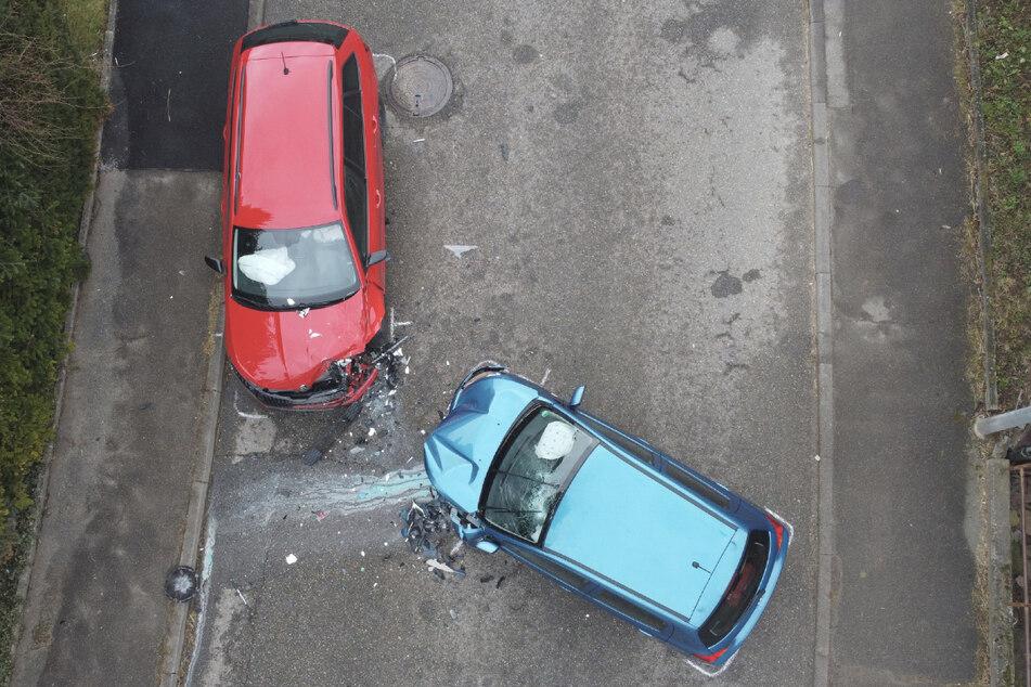 Nach dem Unfall stehen beide Autos auf der Straße. Vermutlich kam es aufgrund von Sekundenschlaf zum Zusammenstoß.