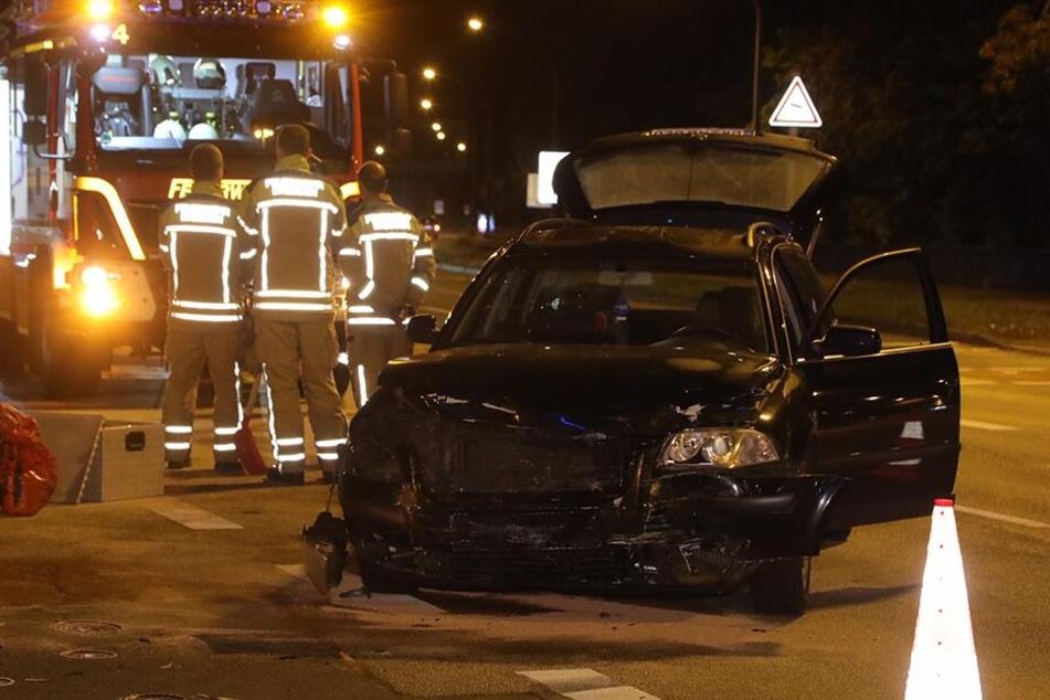 Einer der Unfallwagen war ein schwarzer VW Passat.