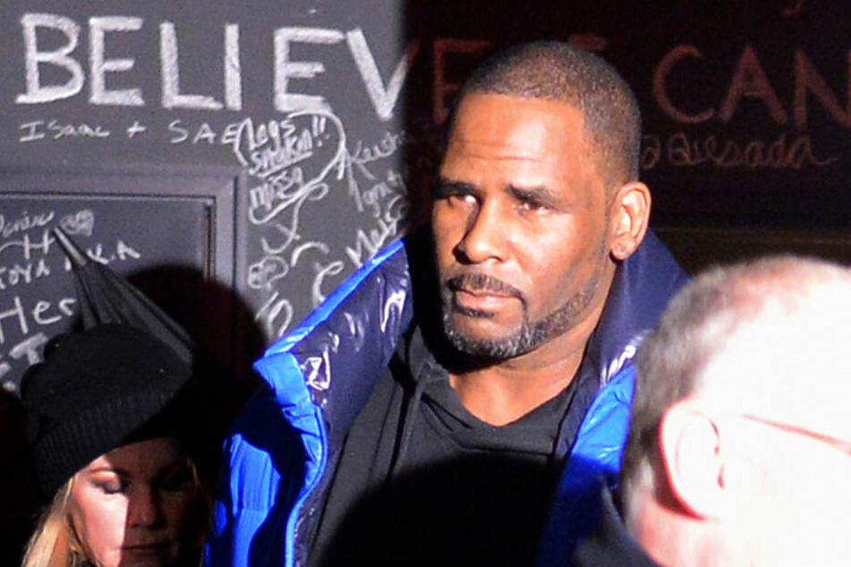 Am vergangenen Freitag: R. Kelly verlässt sein Studio in Chicago und stellt sich den Behörden.