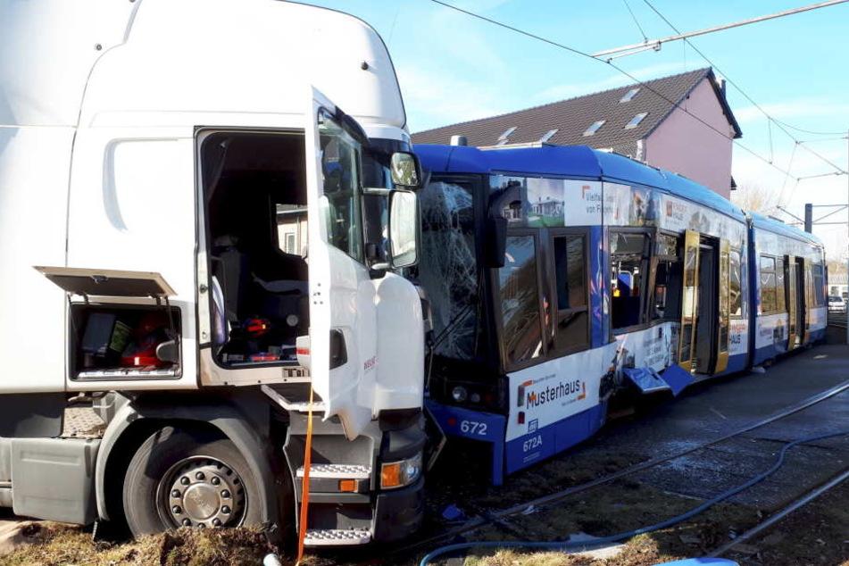 Mindestens 15 Menschen verletzten sich bei dem Zusammenstoß.